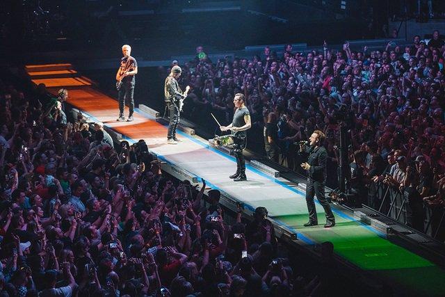 Bono sufre aparatosa caída durante concierto en Chicago