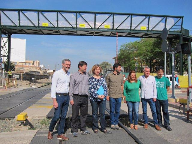 Dirigentes de Podemos en las vías de Santiago el Mayor, paso a nivel