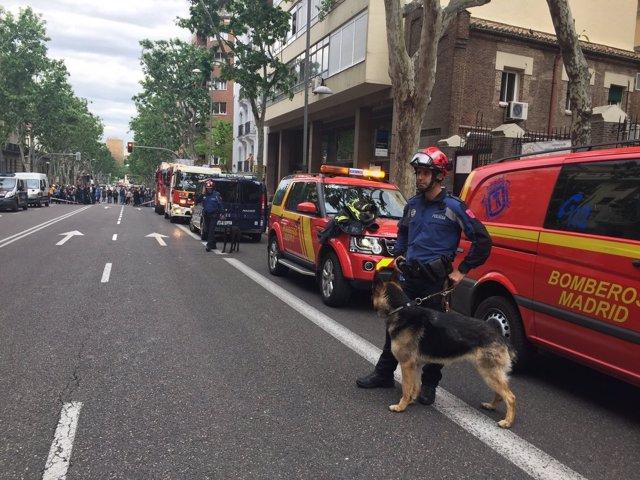 Bomberos en el derrumbe de la calle General Martínez Campos