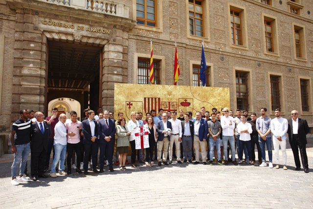 Lambán ha recibido hoy a la SD Huesca en el edificio Pignatelli