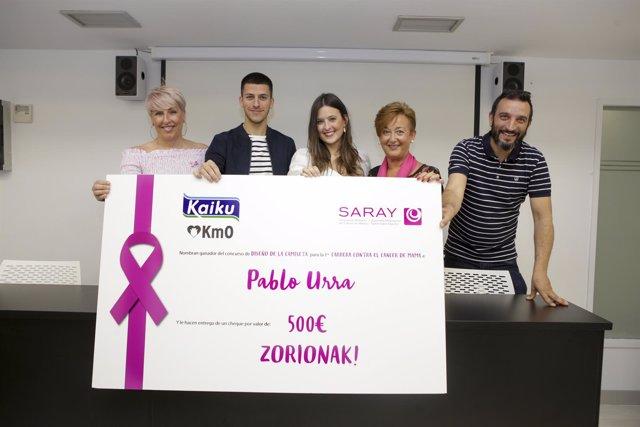 Pablo Urra diseña la camiseta de la carrera contra el cáncer de mama.