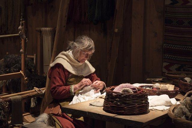 Costura. Mujer mayor cosiendo