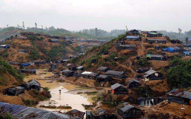Decenas de miles de refugiados rohingyas en Bangladesh están en riesgo por deslizamientos de tierra