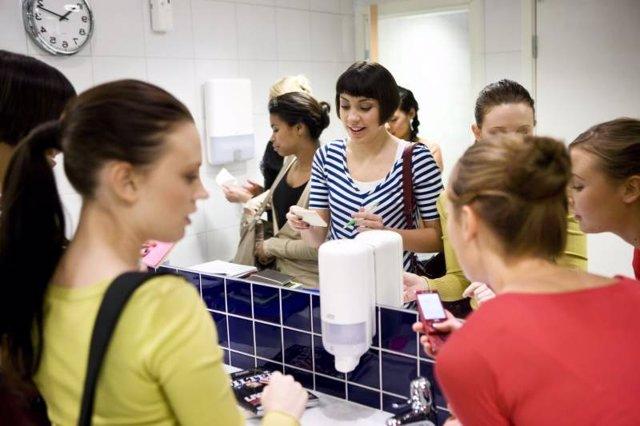 Mujeres en un lavabo