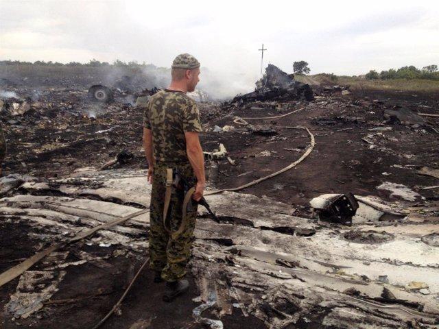 Un separatista prorruso observa los restos del MH17