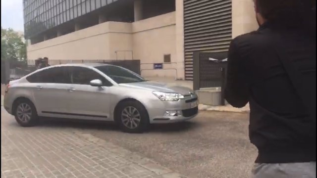 Llegada del coche que lleva a Zaplana a la Ciudad de la Justicia