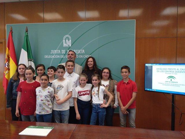 Remedios Palma con alumnos de un colegio de Chiclana