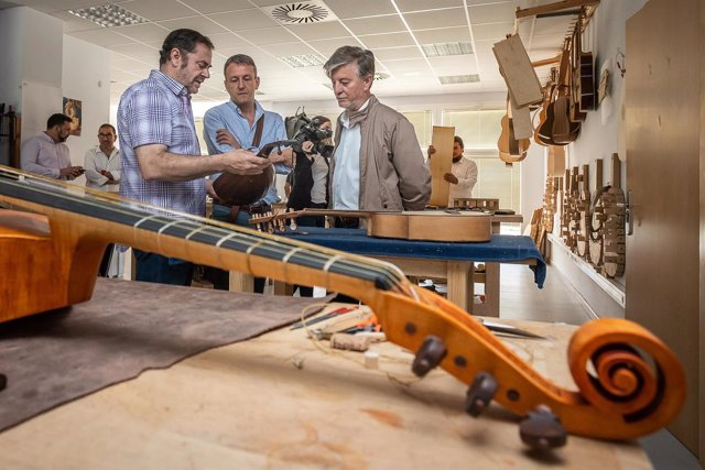 El alcalde de Zaragoza visita la Escuela de Violeros