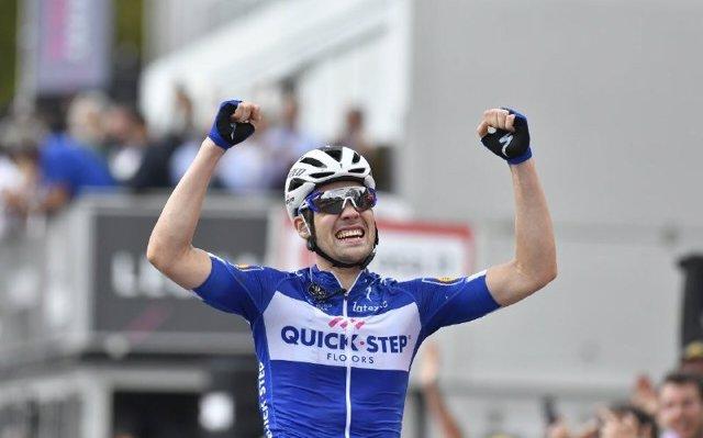 Schachmann gana en Prato Nevoso y Dumoulin acecha la 'maglia rosa' de Yates