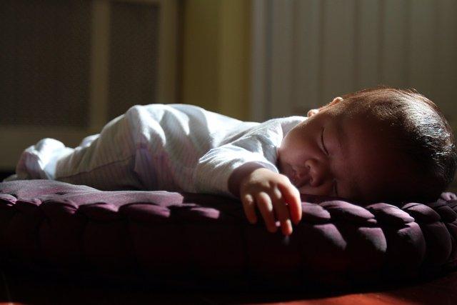Bebé durmiendo bocabajo