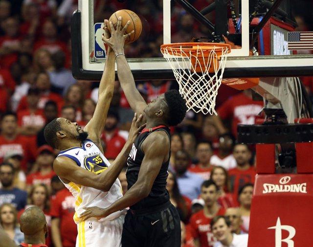 Capela tapona el intento de canasta de Durant en el Rockets-Warriors