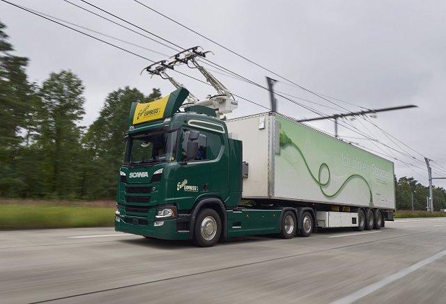 Camión de Scania circulando por carretera eléctrica