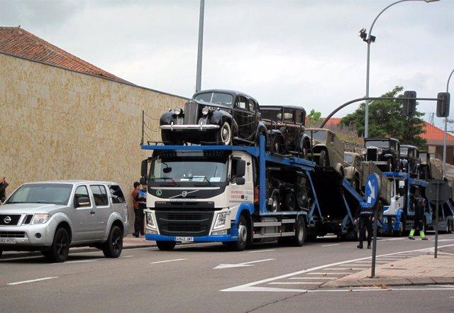 Camiones con coches de época llegan a Salamanca para la película de Amenábar
