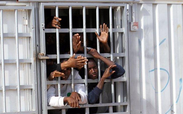 Al menos 140 migrantes africanos consiguen escapar de un conocido traficante en Libia