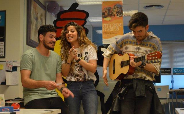 Los concursante de OT Miriam, Cepeda y Roi a niños  ingresados en el Hospital de Santiago de Compostela