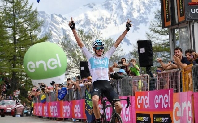 Froome revienta el Giro y se viste la 'maglia rosa'