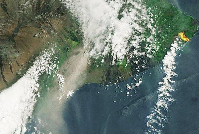 Penacho de humo (izqda) y río de lava (dcha.) del Kilauea