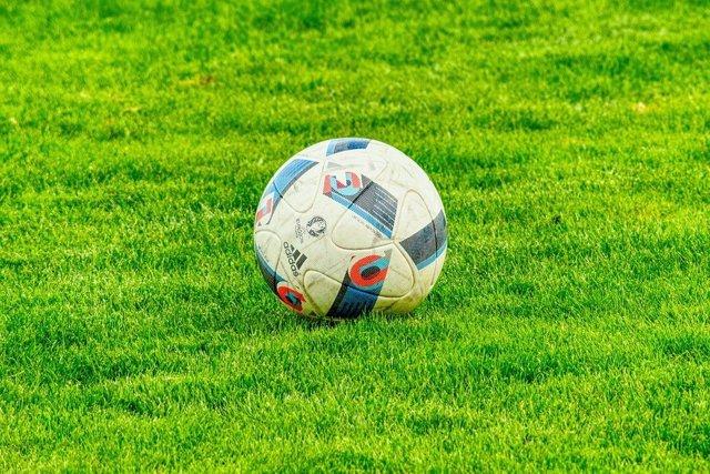 Pelota de fútbol en césped