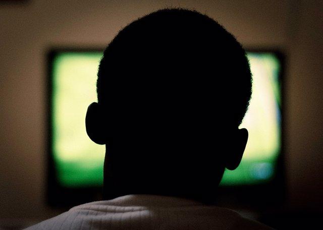 Adulto viendo la televisión