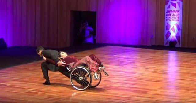 Bailarina de tango en silla de ruedas