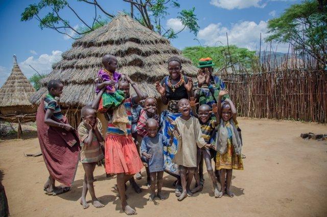 Teresa, una madre ugandesa, junto a sus hijos y otros niños