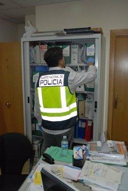 Agente de Policía revisa documentación, policía, documentos, registro, investiga