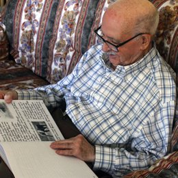 Valentín Huerta, el 'abuelito Valentín', ante uno de sus cuentos