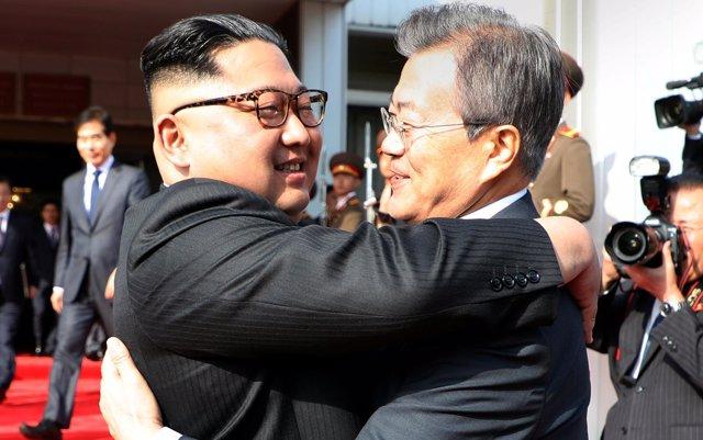 Kim Jong Un reitera su voluntad de reunirse con Trump el 12 de junio en un encuentro sorpresa con Moon Jae In