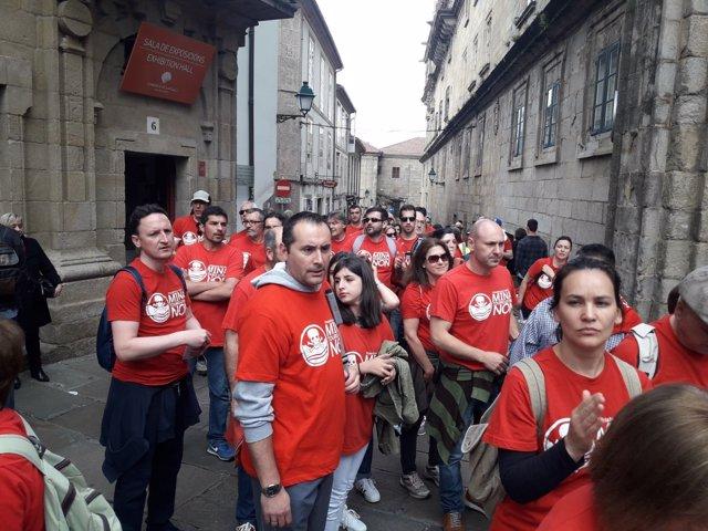 Participantes en la Marcha contra la  mina de Touro