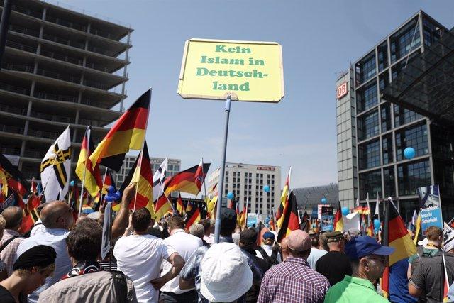 """Pancarta con el lema """"No al Islam en Alemania"""" durante una manifestación de AfD"""