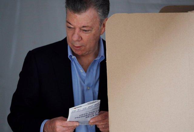 Juan Manuel Santos vota en las elecciones de Colombia
