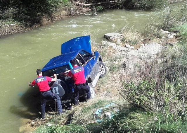 Un coche se precipita al río Cidacos