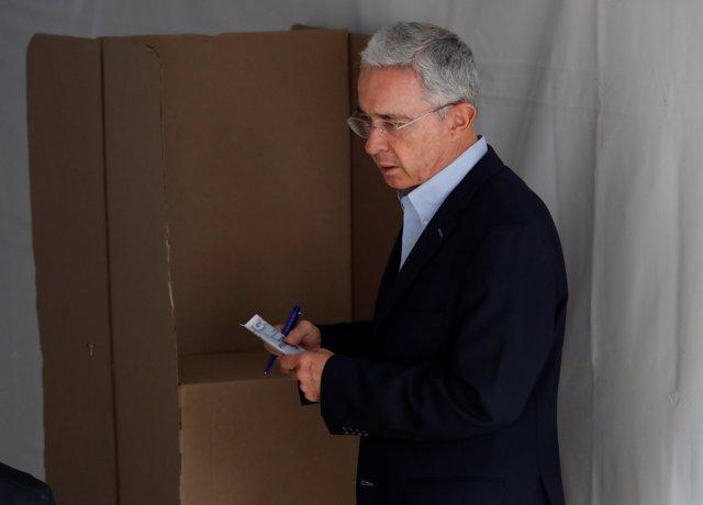 Alvaro Uribe vota en las elecciones presidenciales de Colombia