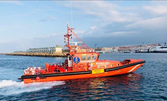 Embarcación de Salvamento Marítimo con algunos rescatados