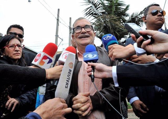 El exlíder guerrillero 'Timochenko' vota en Bogotá