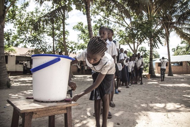 Niños hacen colas para lavarse las manos en República Democrática del Congo