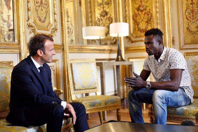 Macron se reúne con Mamoudou Gassama, el joven maliense que salvó a un niño