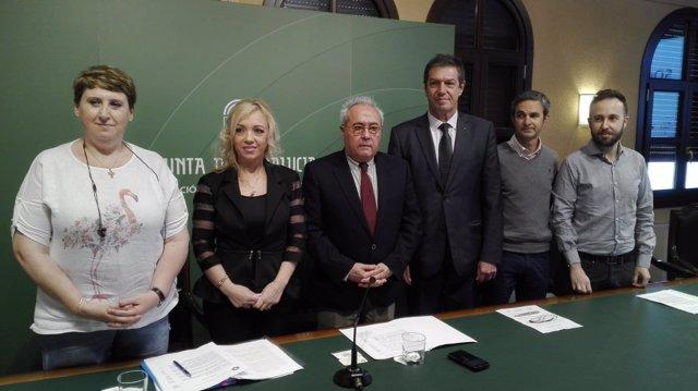 Vargas (centro), entre la secretaria de Estado y el consul de Rumanía
