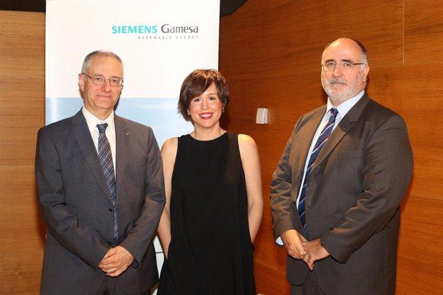 José Ignacio Larretxi, Ana Goyen y Raúl Musitu, en un acto de Siemens Gamesa.