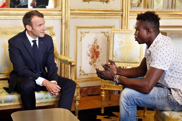 Emmanuel Macron recibe a Mamoudou Gassama