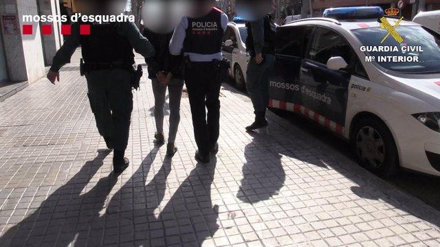 Liberan a una mujer secuestrada en un piso de Sants-Montjuïc que sufría abusos