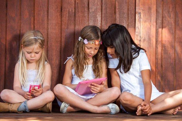 Tres niñas con tablet y smartphone