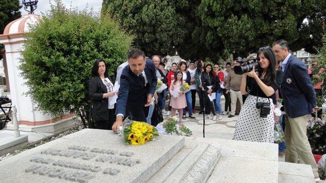 Ofrenda floral en la tumba de Juan Ramón Jiménez y Zenobia Camprubí.