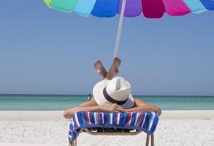 Tres de cada cinco españoles financian sus vacaciones con ahorros y uno de cada tres con la tarjeta de crédito