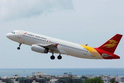 Un avión de Capital Airlines da media vuelta después de que la tripulación detectara varias grietas en una ventana