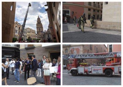 Desalojan el Ayuntamiento de Murcia para investigar un conato de incendio