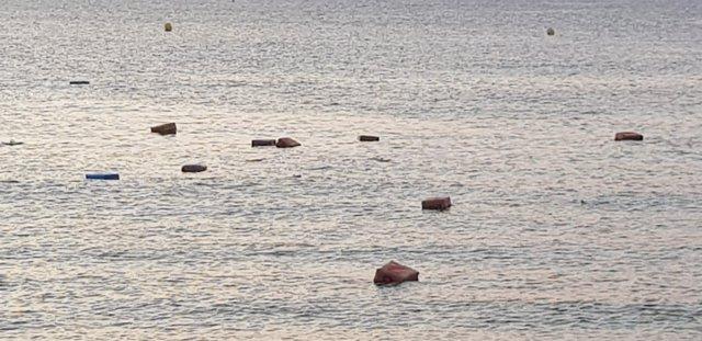 Fardos flotando en la costa de Algeciras
