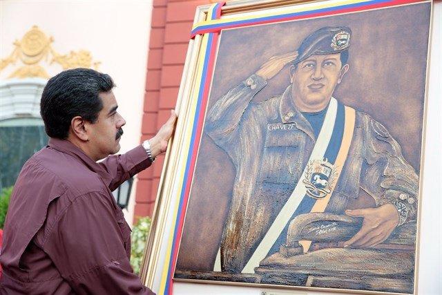Maduro y cuadro Chávez