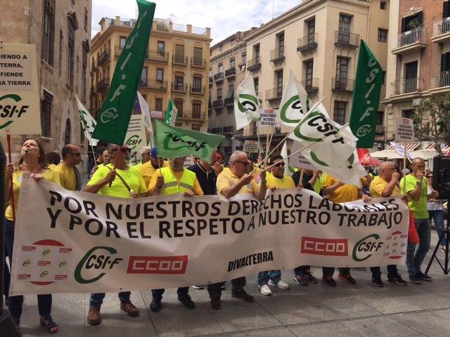 Concentración de trabajadores de Divalterra ante la Diputación