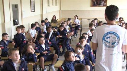 La campaña '#CocheSinHumo' de la Organización Colegial de Enfermería ya ha llegado a más de 20.000 niños españoles